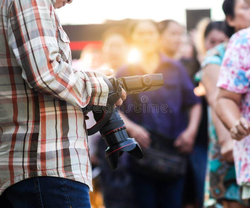 Fotógrafo e câmara digital foto de stock
