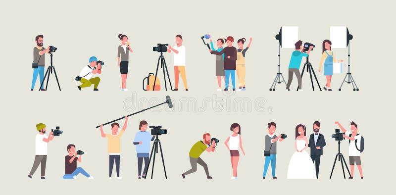 Fotógrafo e cameramans diferentes ajustados das poses usando os caráteres afro-americanos das câmeras que disparam na tomada d ilustração do vetor