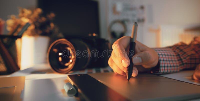 Fotógrafo e desenhista que trabalham no escritório imagens de stock royalty free