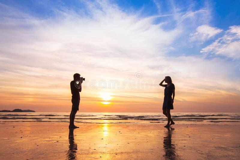 Fotógrafo e modelo, tiro da foto da praia foto de stock