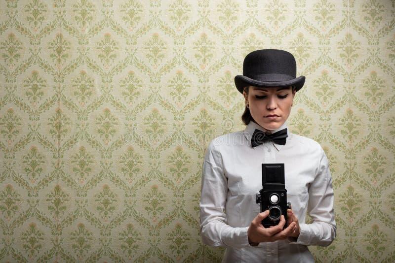 Fotógrafo elegante de la mujer del vintage fotos de archivo