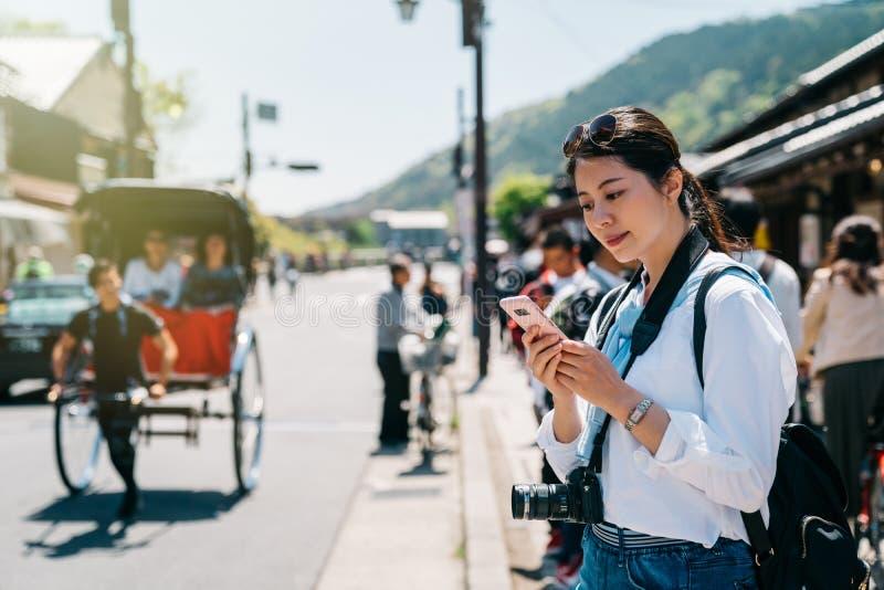 Fotógrafo elegante que usa el teléfono móvil imagenes de archivo