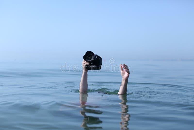 Fotógrafo en agua foto de archivo