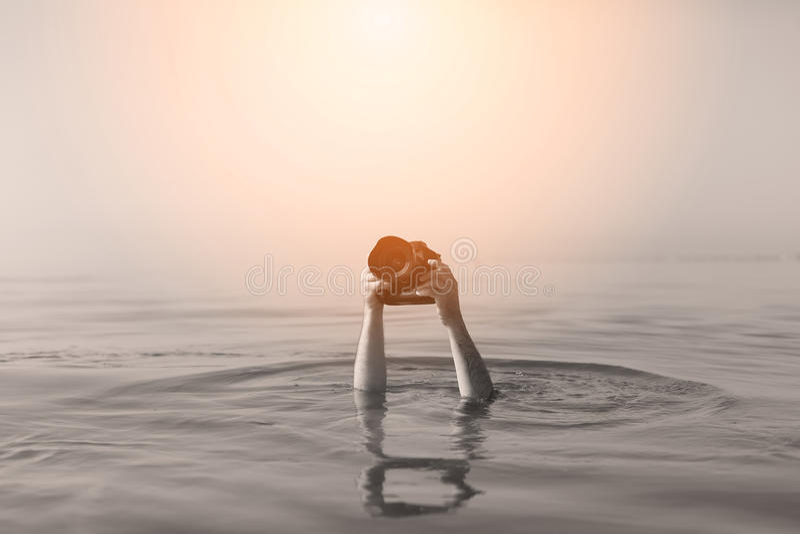 Fotógrafo en agua imagen de archivo libre de regalías