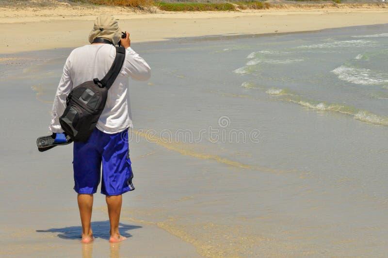Fotógrafo en la playa fotografía de archivo