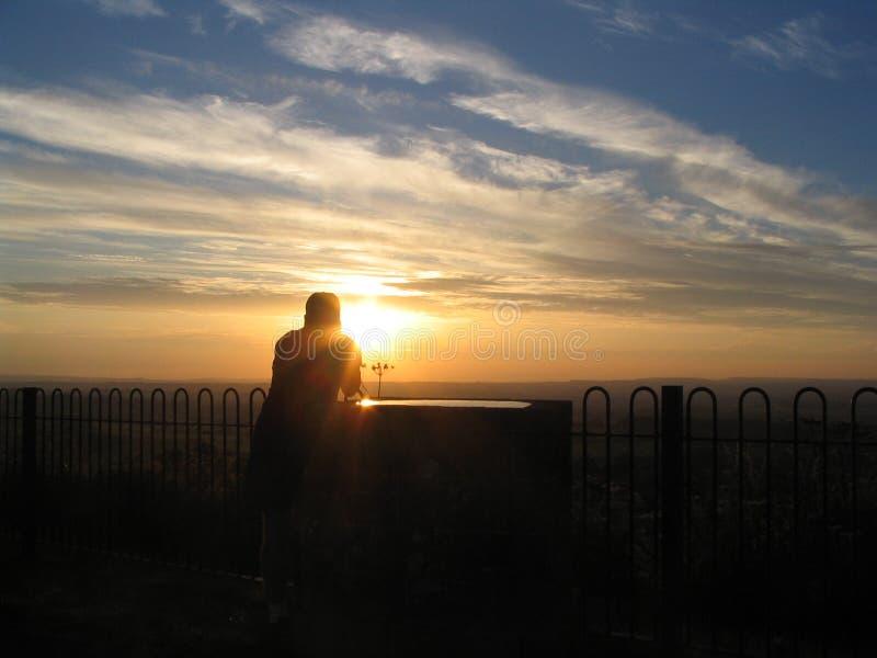 Fotógrafo en la puesta del sol foto de archivo