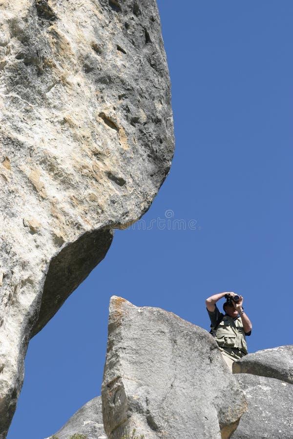 Fotógrafo en las rocas fotografía de archivo libre de regalías