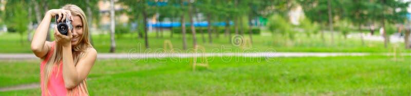Fotógrafo en parque imagenes de archivo