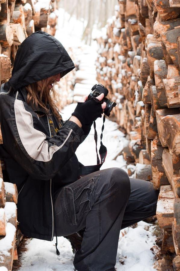 Fotógrafo entre registros da madeira fotos de stock