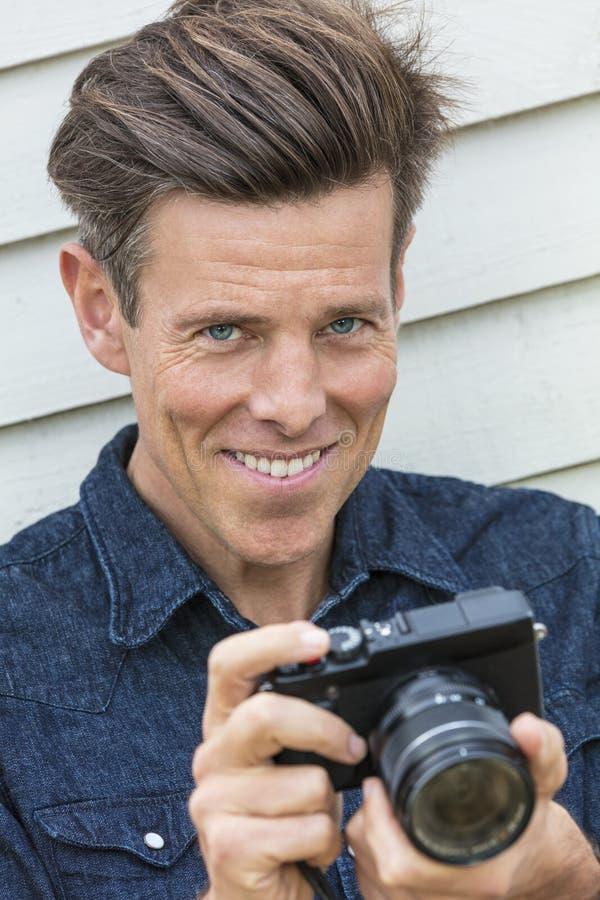 Fotógrafo envejecido centro feliz Using Camera del hombre fotografía de archivo libre de regalías