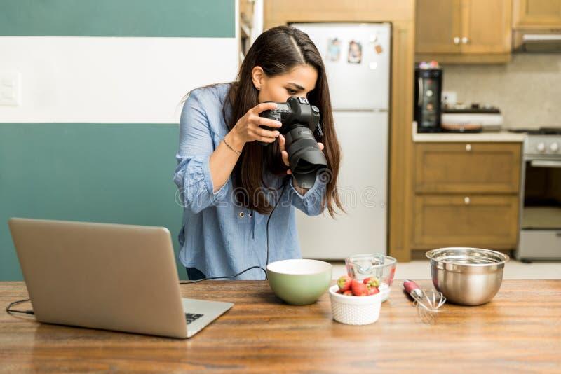 Fotógrafo fêmea do alimento no trabalho fotos de stock