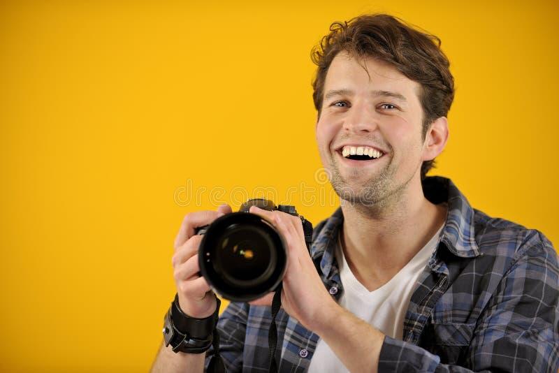 Fotógrafo feliz con la cámara de SLR fotografía de archivo