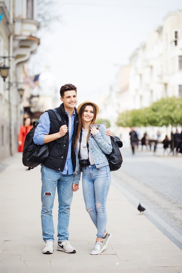 Fotógrafo freelancing dos jovens que apreciam a viagem e backpacking Pares novos com o destino novo do curso da trouxa fotos de stock