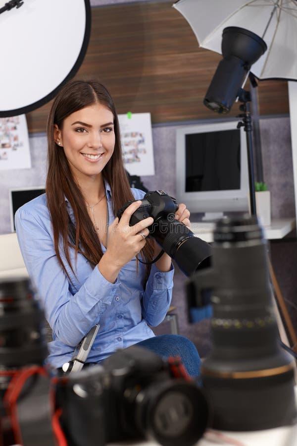 Fotógrafo hermoso con la cámara fotografía de archivo libre de regalías