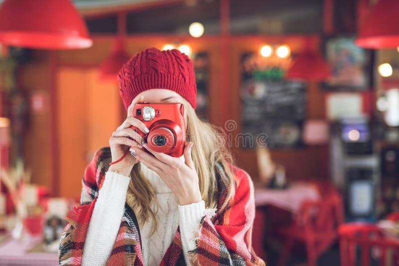 Fotógrafo joven con la cámara fotos de archivo libres de regalías