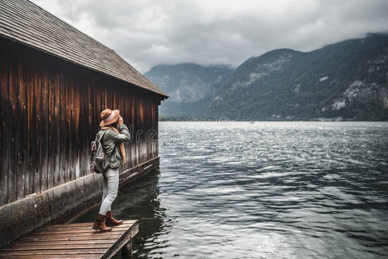 Fotógrafo joven en el lago foto de archivo