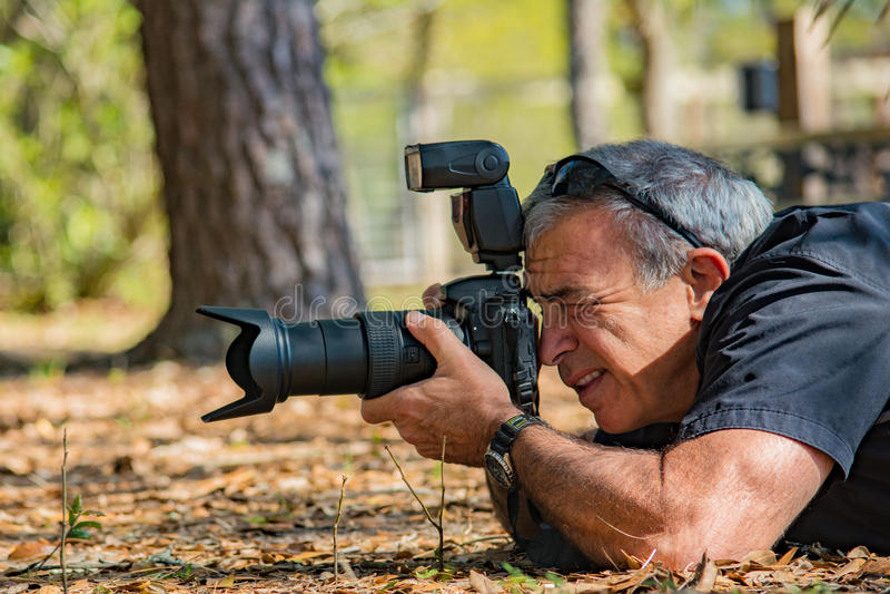Fotógrafo Male Mature de la naturaleza imagen de archivo libre de regalías