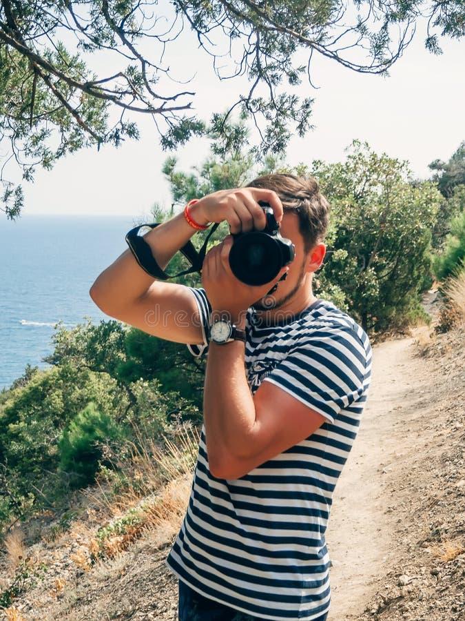 Fotógrafo malephotographing en una cámara profesional fotos de archivo