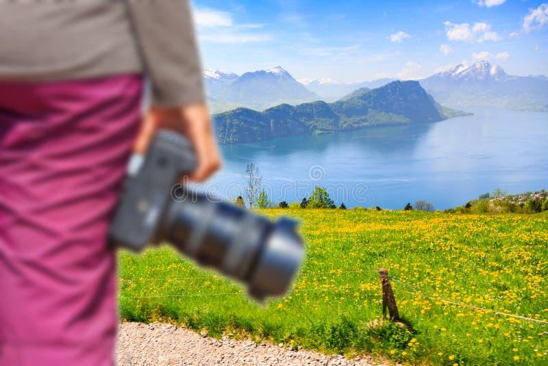 Fotógrafo na opinião bonita da natureza foto de stock