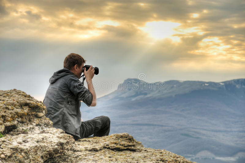 Fotógrafo na rocha imagens de stock
