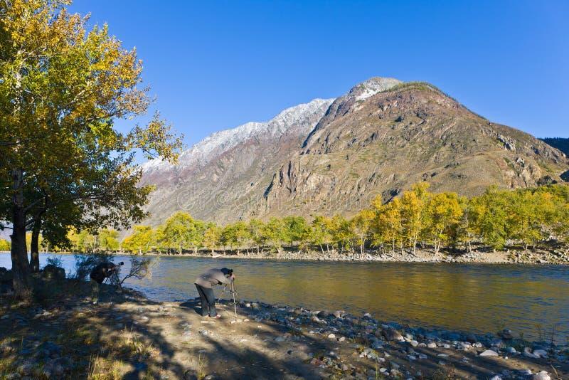 Fotógrafo no rio da montanha fotos de stock royalty free