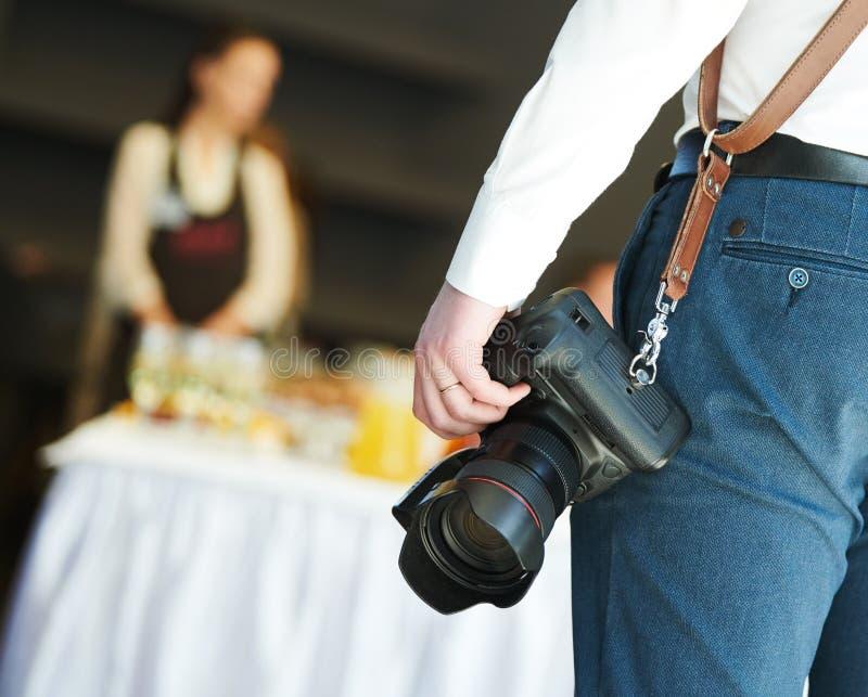 Fotógrafo no trabalho serviço de eventos e catering imagem de stock