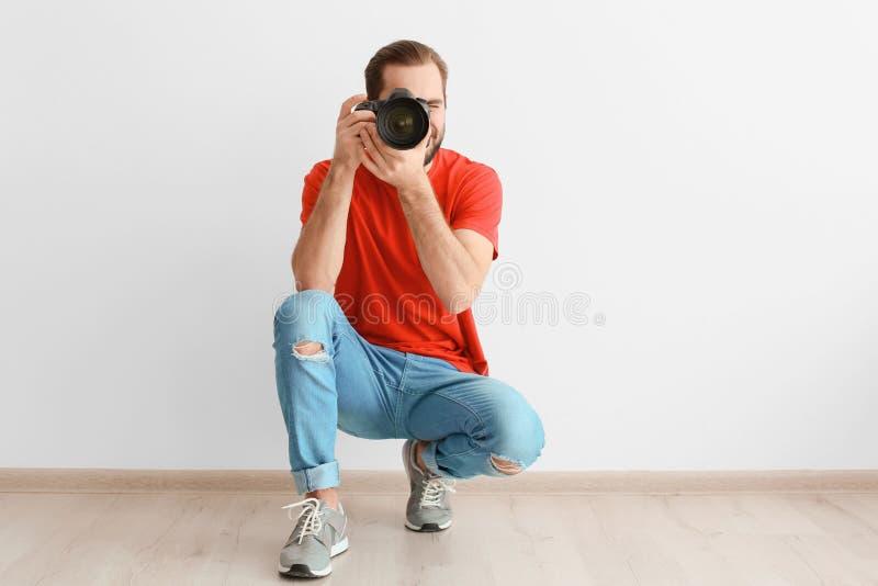 Fotógrafo novo com câmera profissional fotografia de stock