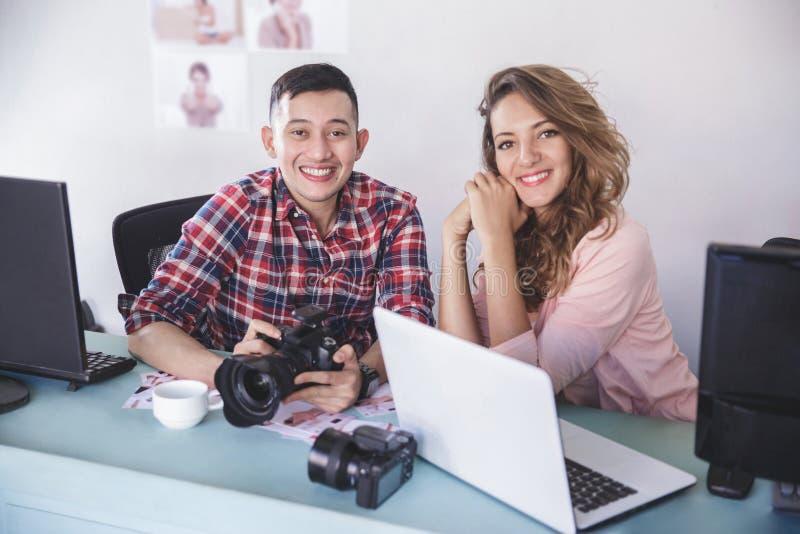 Fotógrafo novo com seu modelo após a sessão de foto imagem de stock royalty free