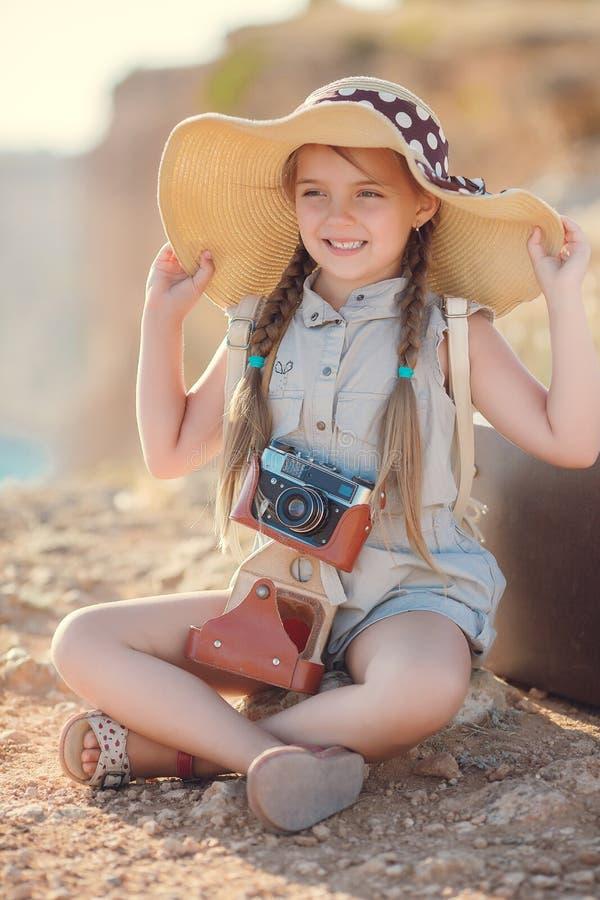Fotógrafo novo com um chapéu grande em uma rocha foto de stock royalty free