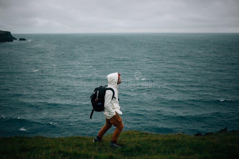Fotógrafo o turista en el paisaje frío de Islandia fotografía de archivo