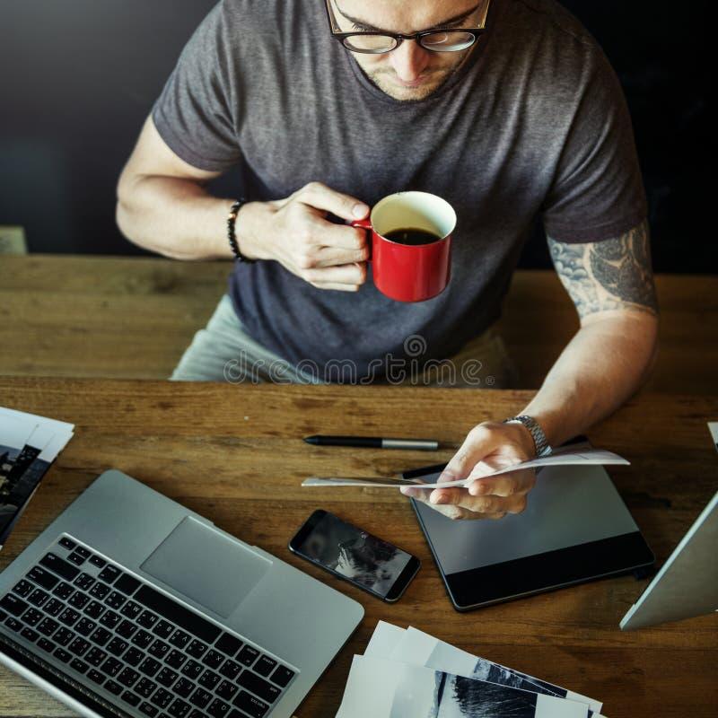 Fotógrafo ocupado Editing Home Office do homem foto de stock royalty free