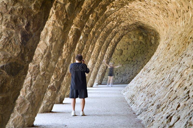 Fotógrafo pelo trabalho no parque do guell - Barcelona imagem de stock royalty free