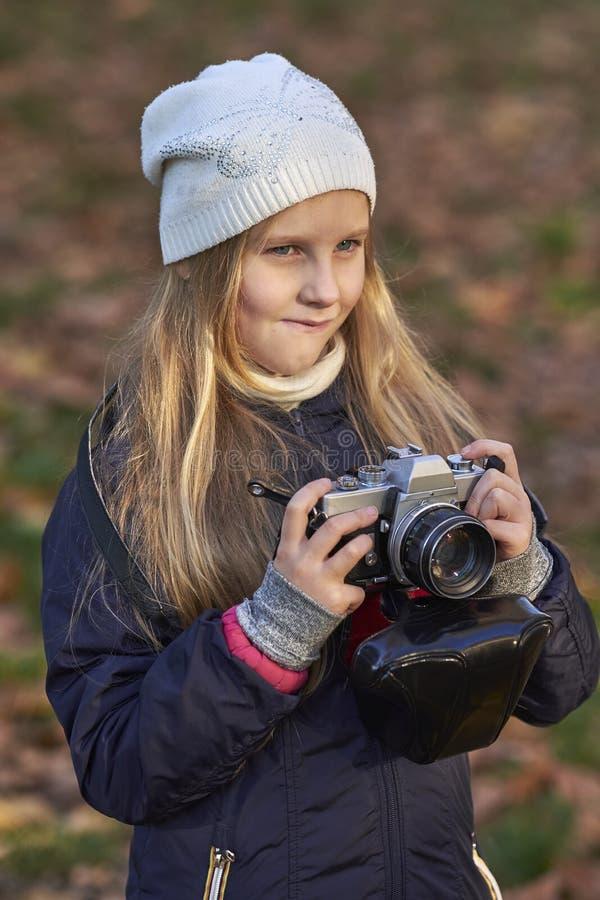 Fotógrafo pequeno em um parque do outono fotos de stock