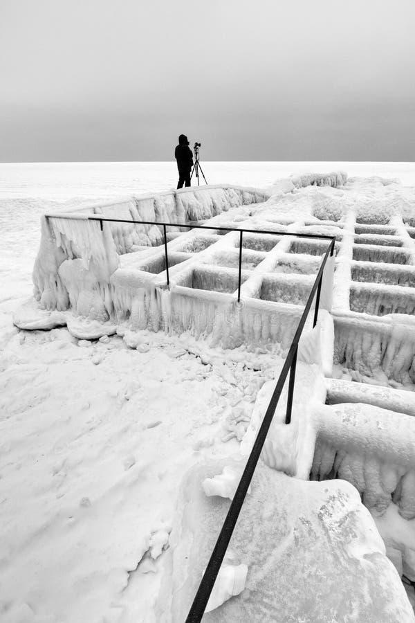 Fotógrafo polar en la construcción congelada fotos de archivo