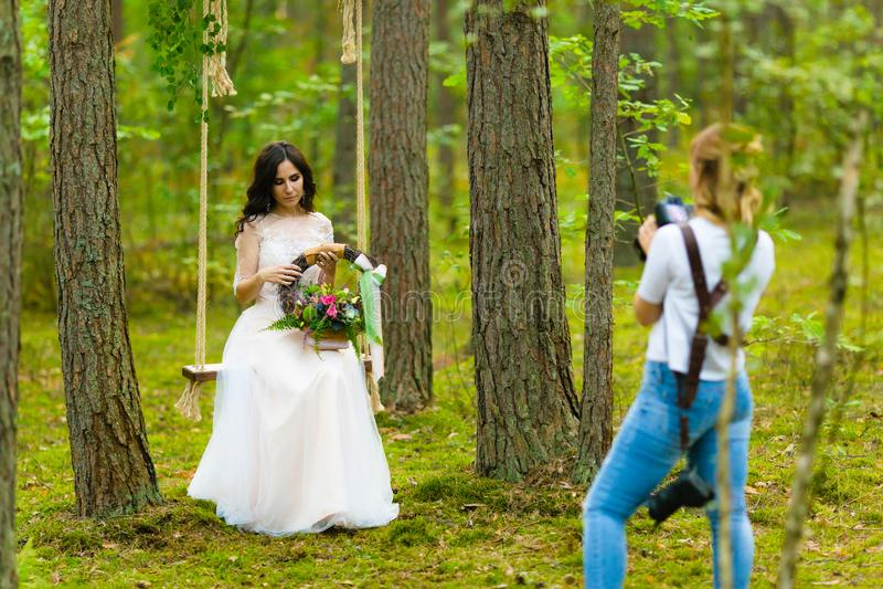 Fotógrafo profesional de la boda que toma los retratos del primer de la novia imagen de archivo