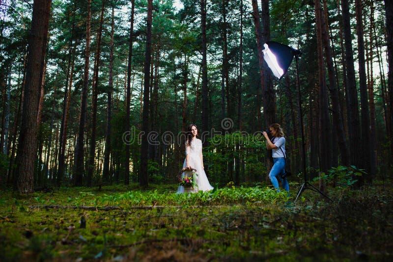Fotógrafo profesional de la boda que usa el estroboscópico y el softbox para hacer imágenes imagen de archivo libre de regalías