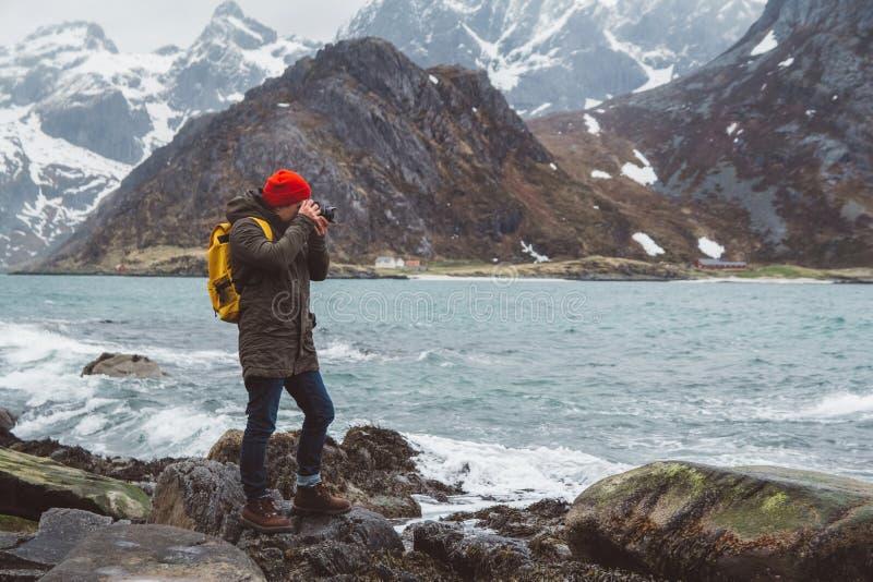 Fot?grafo profesional del viajero que toma la foto de la naturaleza del paisaje Llevar una mochila roja que lleva una situaci?n r fotografía de archivo libre de regalías