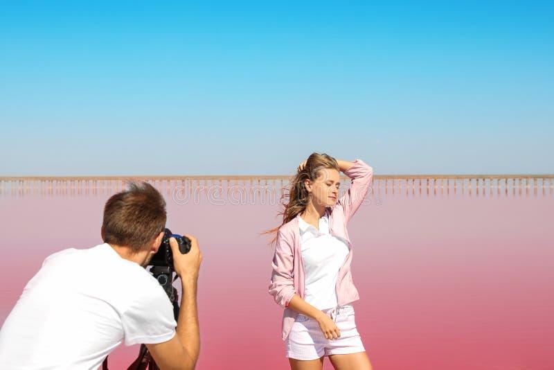Fotógrafo profissional que toma a foto fotografia de stock