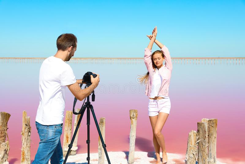 Fotógrafo profissional que toma a foto imagens de stock royalty free