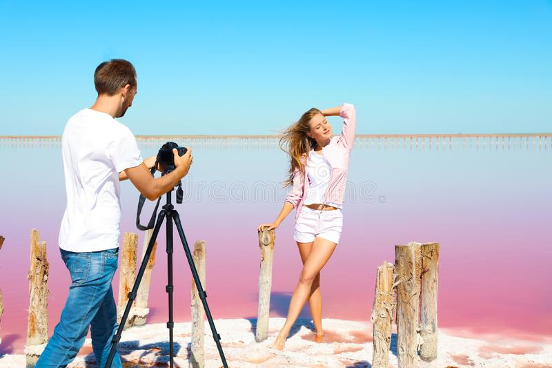 Fotógrafo profissional que toma a foto fotografia de stock royalty free