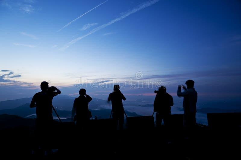 Fotógrafo que esperam pacientemente pelo nascer do sol fotos de stock