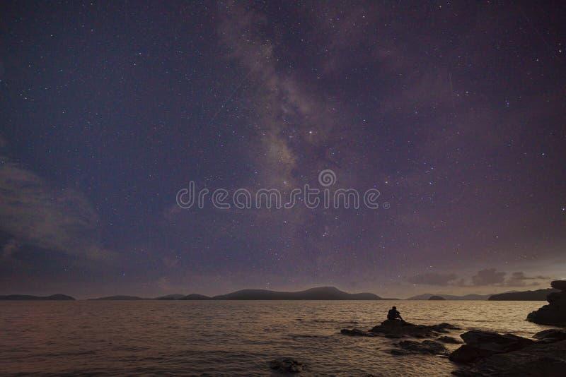Fotógrafo que faz a fotografia do astro nas rochas do nightscape foto de stock royalty free