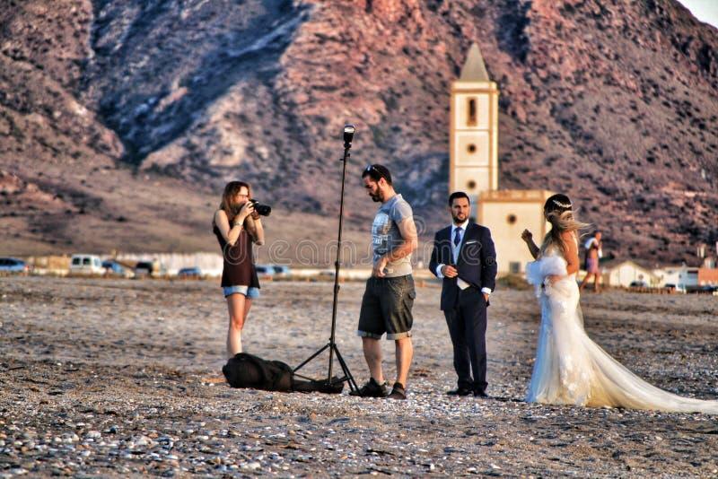 Fotógrafo que faz a sessão de foto para um casamento em Cabo de Gata, Almeria foto de stock royalty free