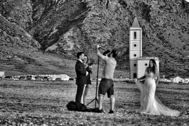 Fotógrafo que faz a sessão de foto para um casamento em Cabo de Gata, Almeria fotografia de stock