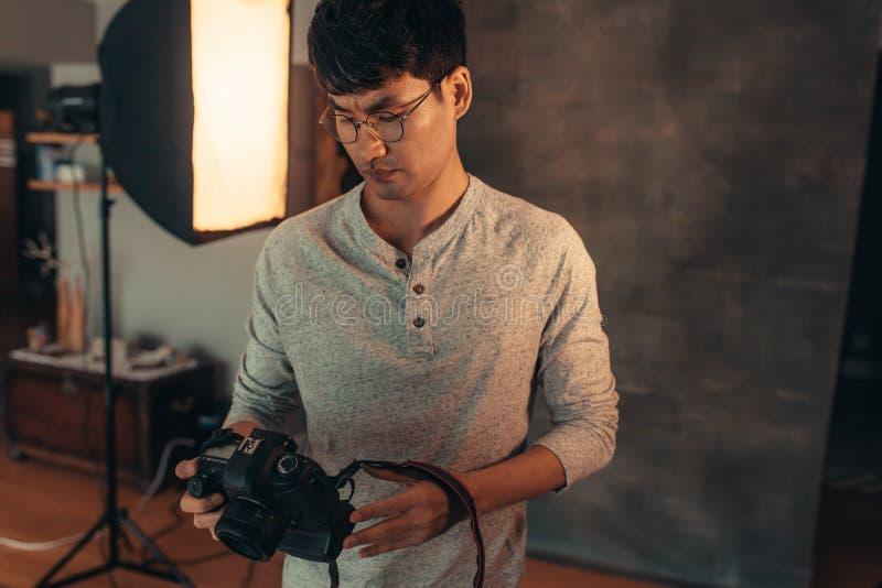 Fotógrafo que pone su cámara antes del lanzamiento imagen de archivo