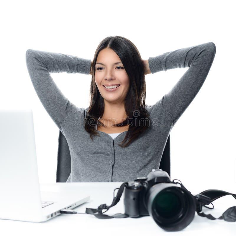 Fotógrafo que sorri na satisfação em suas imagens imagens de stock royalty free