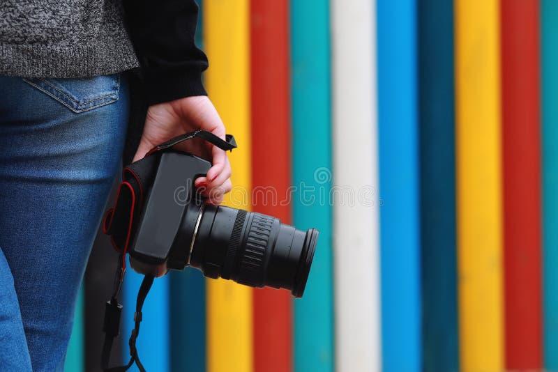 Fotógrafo que sostiene la cámara, primer Visión trasera, fotos de archivo