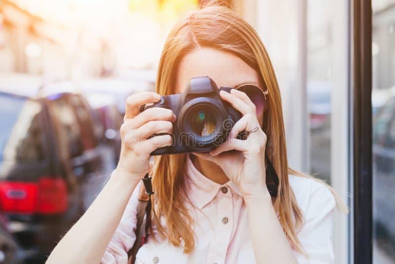 Fotógrafo que toma a foto com a câmera do profissional do dslr fotografia de stock
