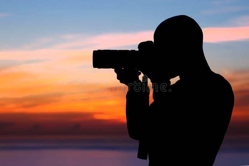 Fotógrafo que toma imagens fora fotos de stock