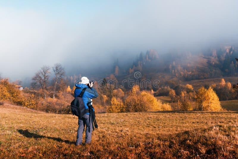Fotógrafo que toma la foto del paisaje del otoño foto de archivo